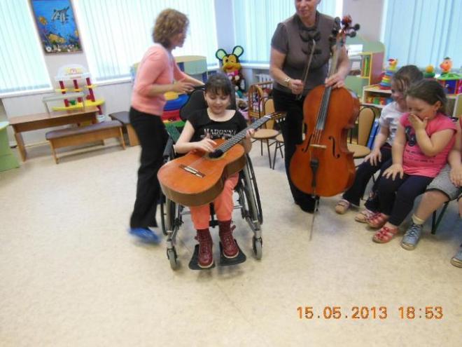 Приезжали музыканты знакомили детей с музыкальными инструментами