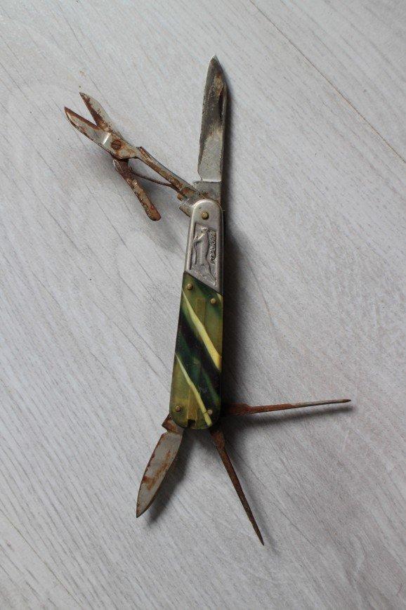 Нож перочинный – складной мультитул, винтаж времен СССР для коллекции, длина 8см, в нож, шило, напильничек, ножницы, инструмент для ногтей – всего 5 предметов. Состояние инструментов среднее, много ржавчины, но она убираема, в ножницах пружинка работает. Состояние снаружи хорошее, на ноже латунные плашки, поверх которых приклепаны накладки, состоящие из двух частей: разноцветный (желто-бело-зеленоватый) пластик и белый металл с изображением оленя и надписью Горький с одной стороны и изображением башни с другой. На пластиковой части с одной стороны логотип – буква П в букве С, с другой не полностью читаемая цена – ..80к. 1000р