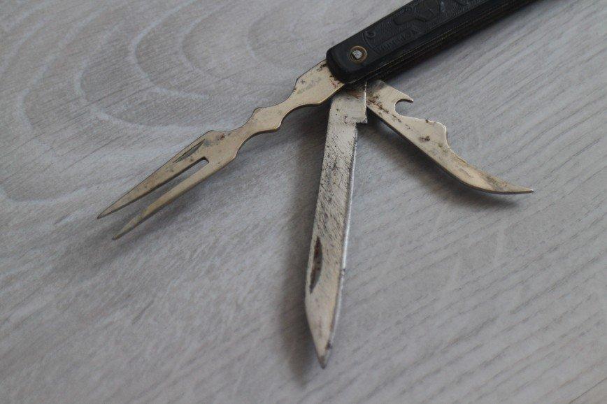 Нож перочинный, походный – складной мультитул, винтаж времен СССР для коллекции, длина 10см, состояние хорошее для своего возраста, есть немного ржавчины и клинок ножа потерт, но в целом очень достойный, все элементы достаются хорошо, есть подногтевые зацепы. В наборе нож, двузубая вилка и открывашка – всего 3 предмета, все держатся крепко, без люфтов. На ноже с обеих сторон пластиковые накладки с узором (машина, автобус, башня) и надписями Горький с одной стороны и ц1р90к с другой, пластик также в очень хорошем состоянии. С ножом также идет чехол с подвесом, но фиксирующая петля порвана, возможно получится ее подклеить. 2000р