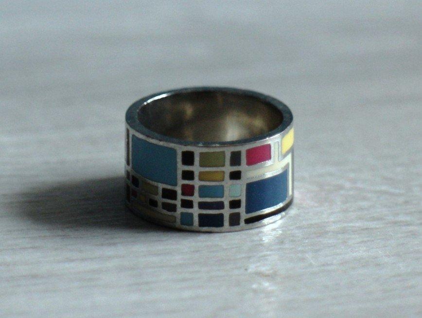 Кольцо с эмалью, размер 19, толщина кольца 1,5мм, ширина 12мм, белый металл, геометрический рисунок в стиле Frey Wille в холодных тонах, очень крутое, б/у пару раз, в идеале. 300р