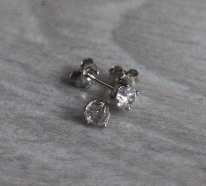 Серьги-пуссеты Sunlight с кристаллами, очень красивые, блестящие, диаметр кристалла 4мм, абс.новые. 300р