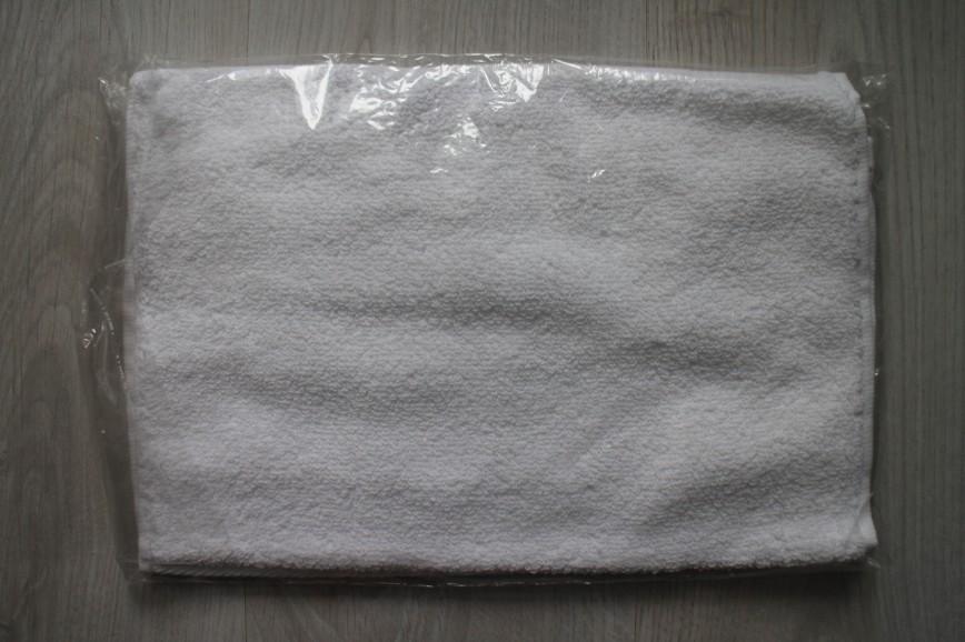 Полотенце махровое белое с логотипом, р-р 35*70см, для лица и рук, с петелькой, 100% хлопок, абс.новое. Есть 2 шт. По 120р