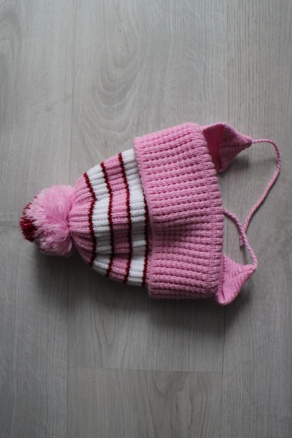 Шапочка розовая в полоску с ушками и помпоном, зимняя, плотная, двуслойная, очень теплая, на ОГ прим. 44-52 (до 4-5 лет, сильно тянется), в идеале. 200р