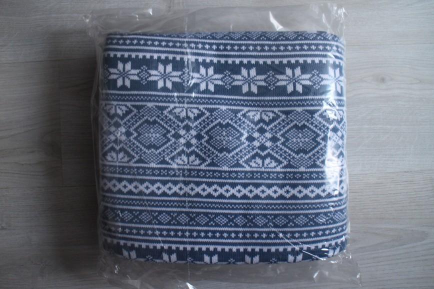 Плед акриловый 130*170, очень красивый, синий с белыми узорами, в двух углах выткан логотип, поэтому на подарок не подойдет, но сам по себе очень уютный и приятный, абс.новый. 500р