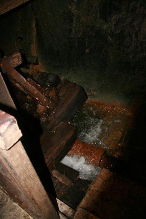 Огромное впечатление производит мельница... Вот этот аппарат приводит в движение мощнейший поток воды, страшно стоять рядом,
