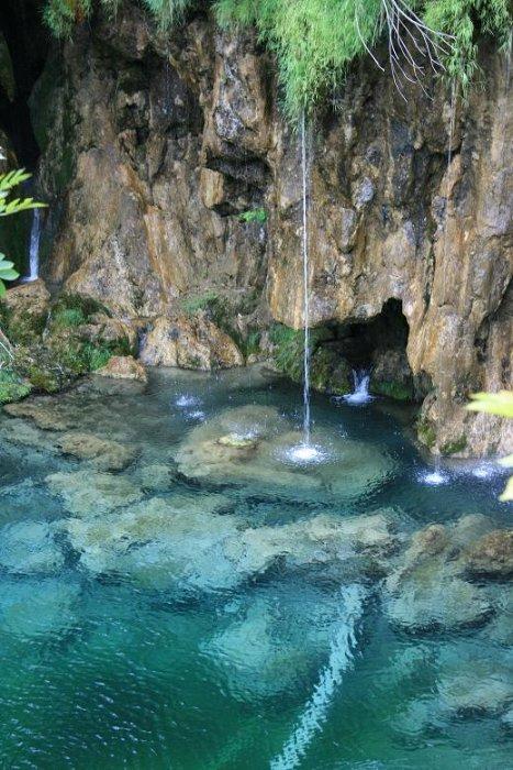 Плитвицкие озера - я считаю, что это еще одно чудо света! Потрясающая, какая-то неземная, нереальная вода, очень красиво...