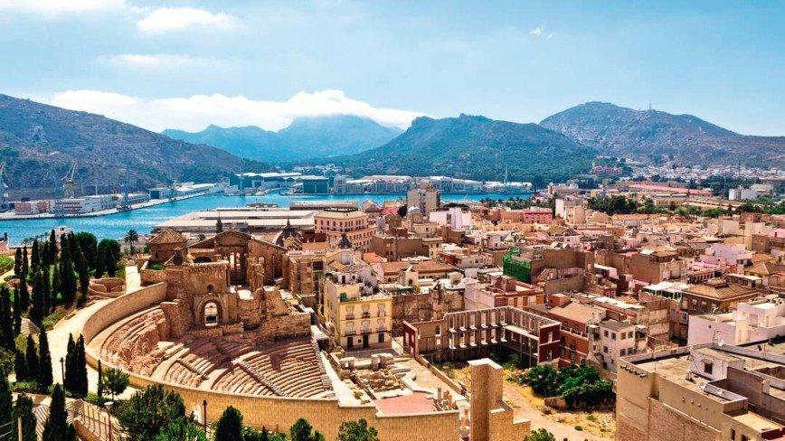 Город Cartagena ещё в 1 тысячелетии до нашей эры входил Тартеской державы. В 209 году город захватили римляне и назвали его Новым Карфагеном. Сейчас в городе можно увидеть развалины Римского театра , батарею замков на горе в крепости - туда идёт лифт , также интересен центр города и прибрежная часть с красивой набережной и портом.