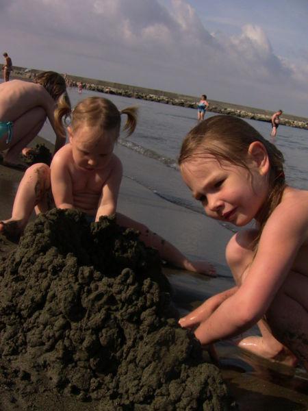 а утром нам полюбилось посещать песочный пляж