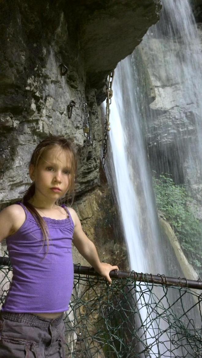 Александра у водопада