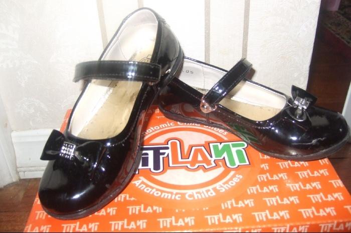 Новые туфельки 26 размер со стразиками,кожа,1400руб,по стельке 16.5см.Без дефектов-полоска от вспышки.