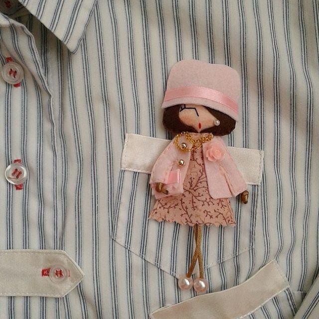 Брошь-куколка из фетра Украшения из войлока, Поделки