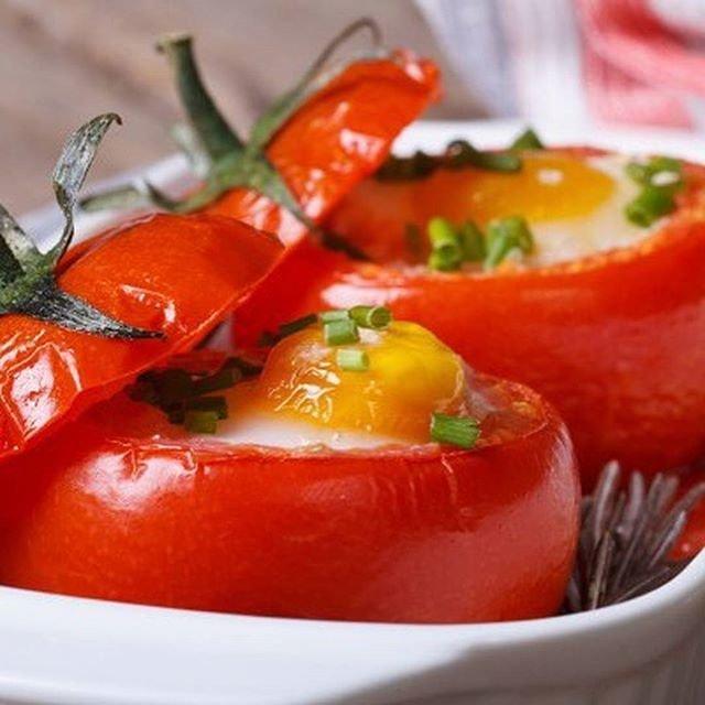 Яйца в помидорах на завтрак
