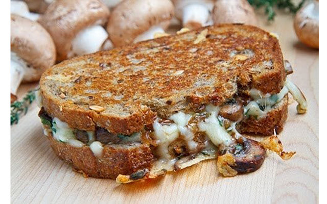 Американский бутерброд-гриль с шампиньонами и сыром
