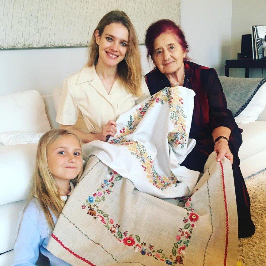 Наталья Водянова повеселилась в Диснейленде с бабушкой и детьми