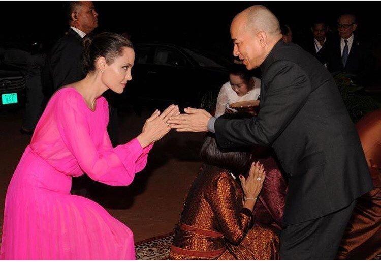 Анджелина провоцирует Брэда Питта яркими нарядами