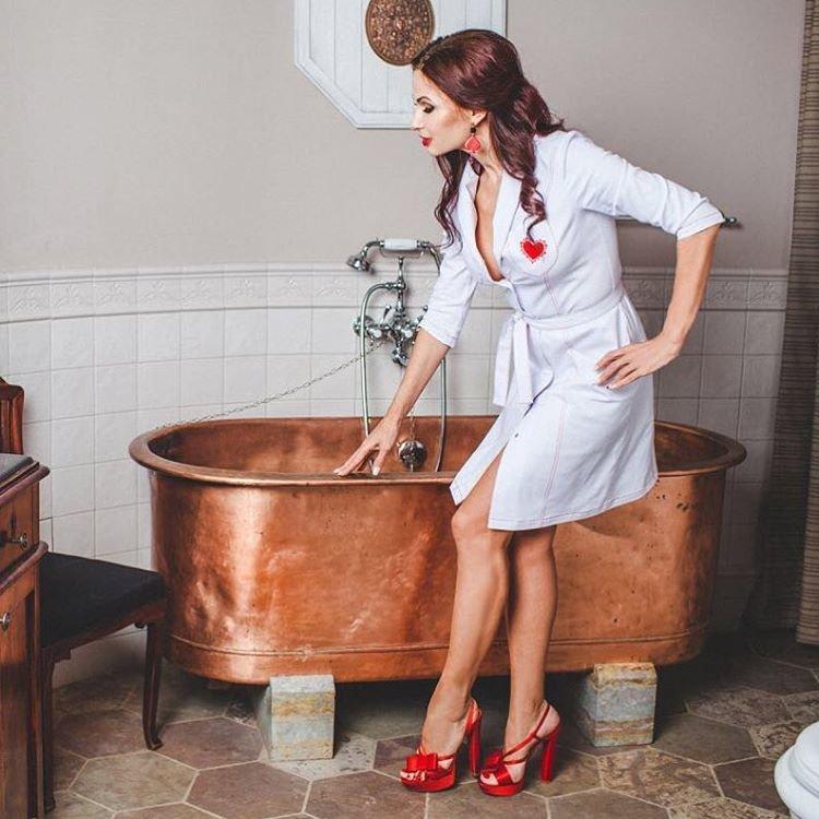 Эвелина Бледанс презентовала сексуальный халатик медсестры