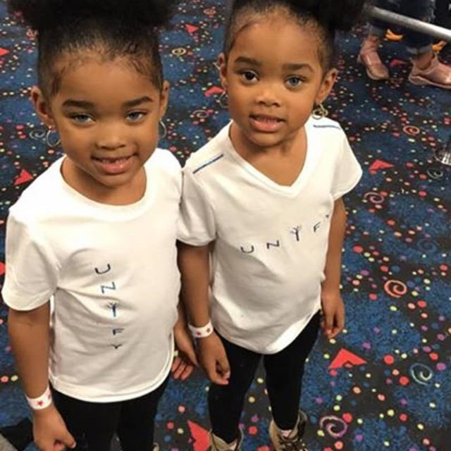 Похожие на Рианну близняшки стали звездами Интернета:
