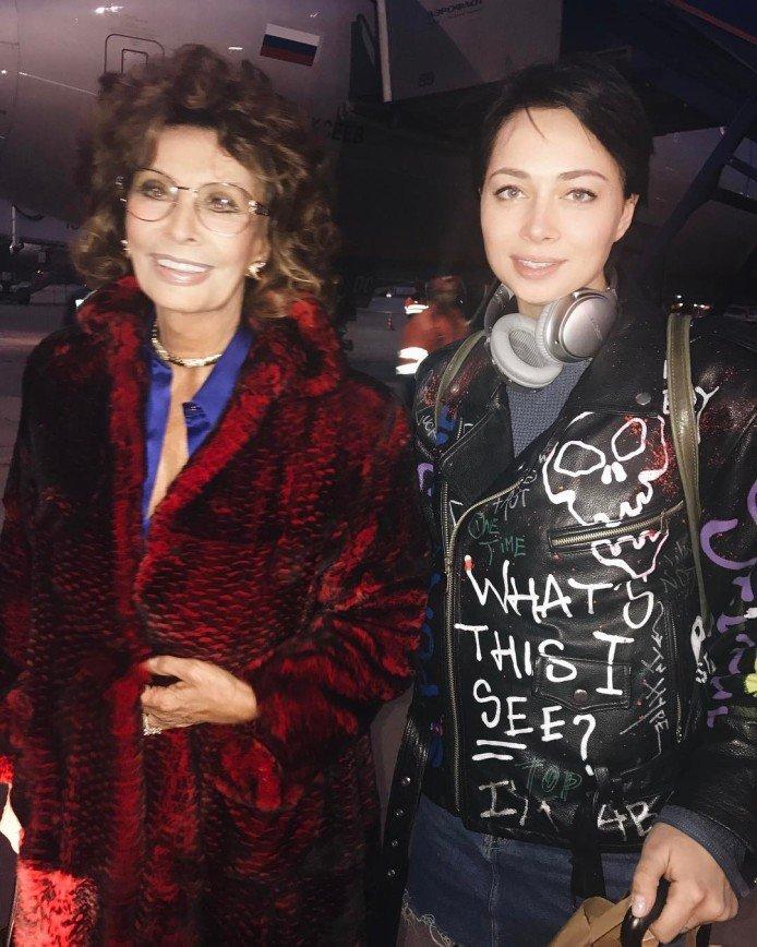 Настасья Самбурская встретила в аэропорту Софи Лорен