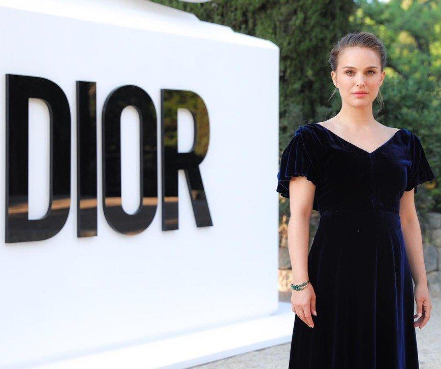 Натали Портман в платье от Dior вышла в свет после родов