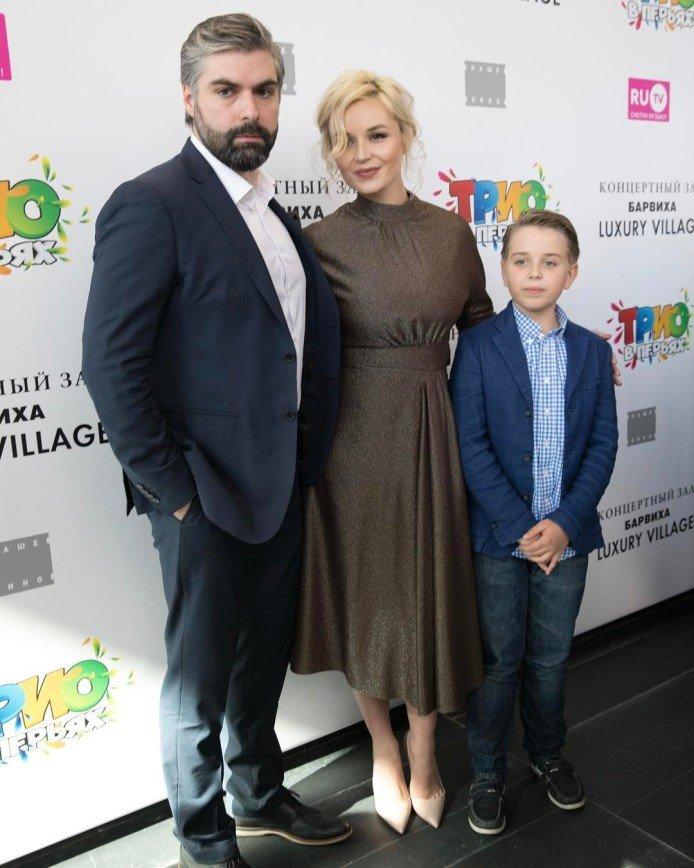 Полина Гагарина с хмурым мужем вышла в свет после родов: 26 апреля 2017 года Полина стала мамой во второй раз, но это не помешало певице вернуться к привычному образу жизни.