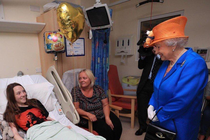 Елизавета в оранжевой шляпке приехала навестить детей после терракта