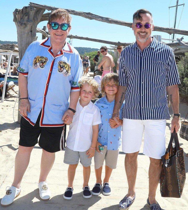 Семейная фотография Элтона Джона с мужем и детьми вызвала шумиху