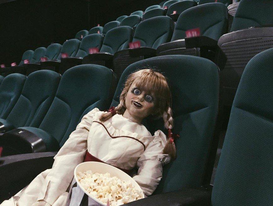 Катя Клэп поспорила с куклой Аннабель