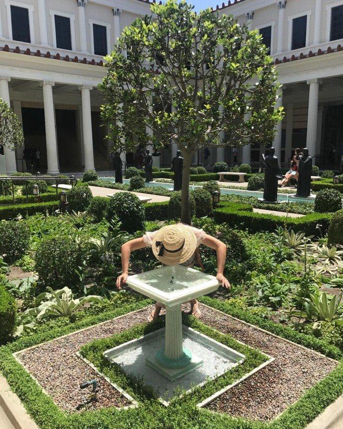 Фанаты советуют не пить Ксении Собчак из фонтана, чтобы не стать козлёночком