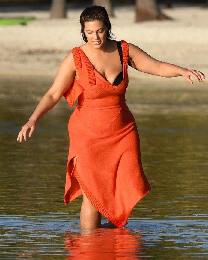 Пышногрудая модель Эшли Грэм примерила костюм русалки