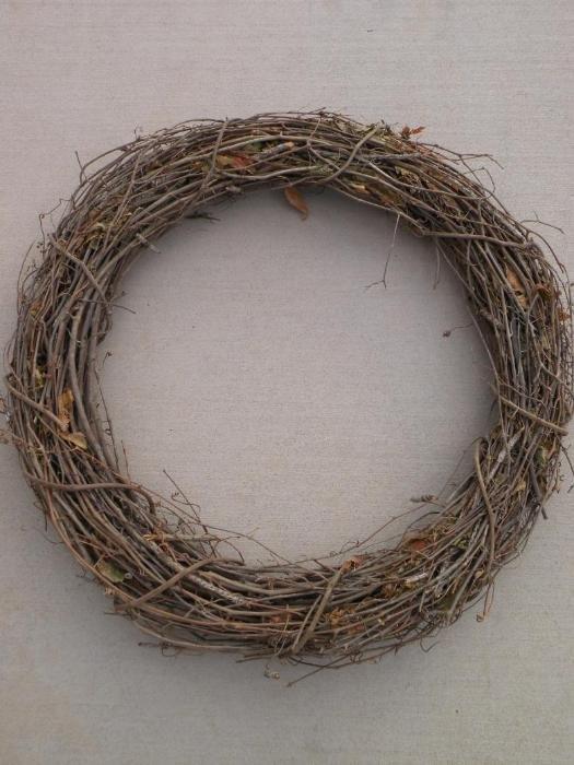 Как сделать рождественский венок?: Свяжите прутья лозы в один венок.