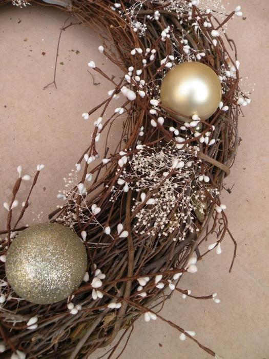 Как сделать рождественский венок?: Привяжите к венку елочные шары.
