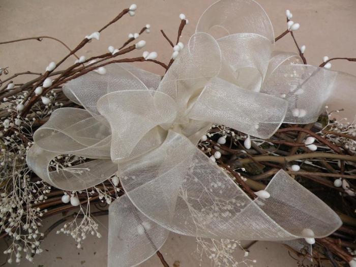 Как сделать рождественский венок?: В верхней части венка завяжите бант из ленты.