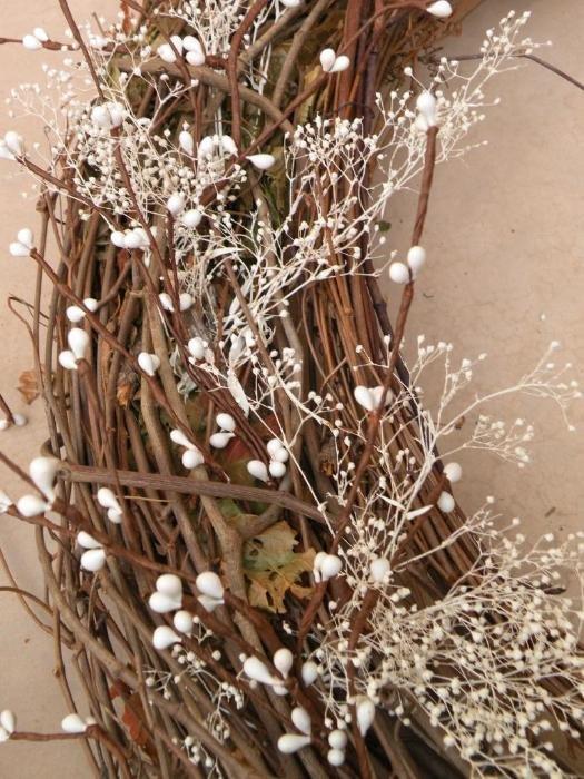 Как сделать рождественский венок?: Переплетите все поверх несколькими прутьями лозы, чтобы закрепить декорирующие элементы.