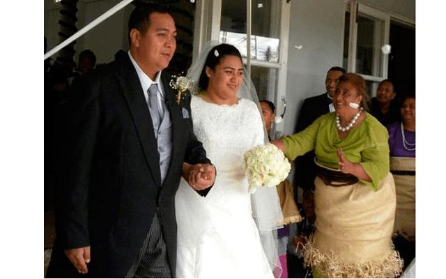 7 странных стандартов красоты: Принц Tupouto'a Ulukalala и его невеста Sinaitakala Tuk'imatamoana 'I Fanakavakilangi Fakafanua. На фоне вы можете также увидеть и других красавиц