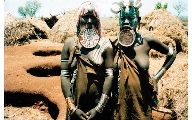 7 странных стандартов красоты: На фото - женщины племени мурси (Эфиопия). Любопытно, но обычай растягивать девушкам нижнюю губу возник вовсе не из-за странных представлений