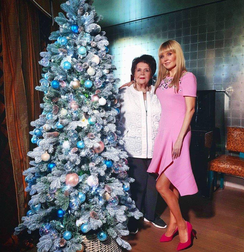 """Народная артистка Валерия показала новогоднюю елку: [i][center]На фотографии Валерия с мамой[/center][/i]  """"В этом году решили раньше создать дома новогоднее настроение, сказывается ранний приход зимы. Впервые"""
