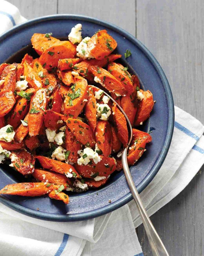 Запеченная морковь с фетой и зеленью