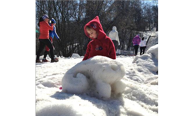 Дневник Адама # 75: Снег как искусство: Но проходит два часа на улице, и вот парадокс - никто не хочет возвращаться домой. То ли горка весёлая по