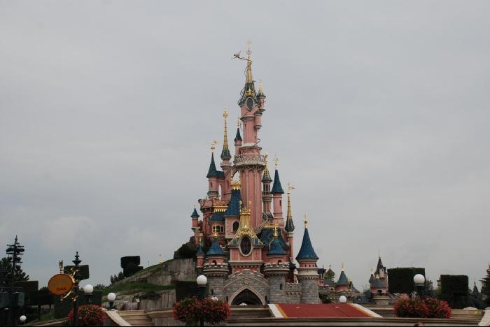 Главная красота Диснейленда - замок Спящей красавицы. За ним Fantasyland.