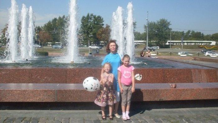 Автор: лимонка, Фотозал: Моя семья, дочки с моей мамой на Поклонной горе (август 2011)