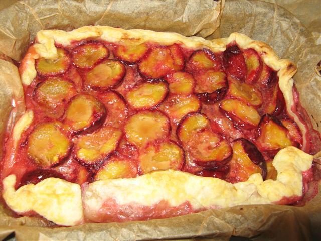 Слоеный пирог со сливами рецепт фото
