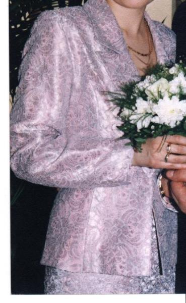 Розовый костюм- тройка р-р 44-46, прямая юбка со шлицей,пиджак и корсет с молнией сзади и тонкими ленточками впереди.Надевался 3 раза.В отличном состоянии.2000р.
