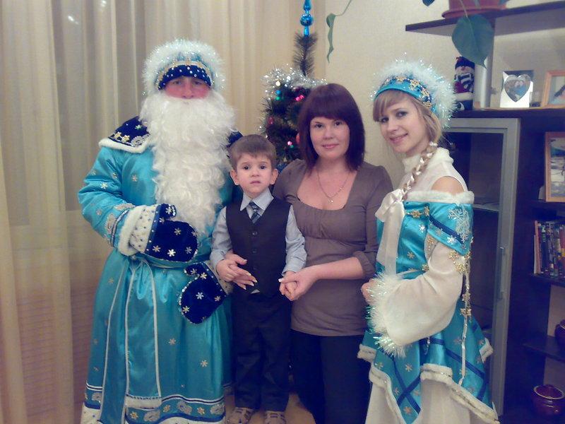 Дома около елки с Дедом Морозом и Снегуркой)))