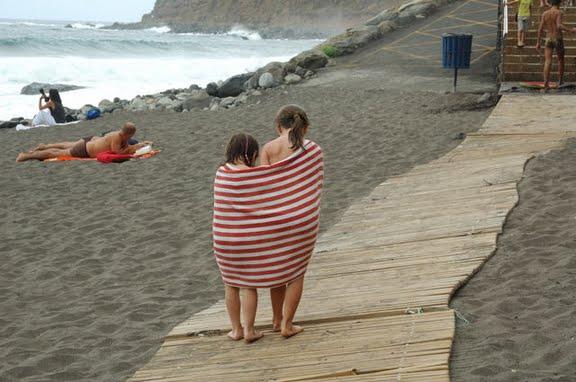 Тоже на пляже. Только пляж другой, и погода другая. Замёрзли.