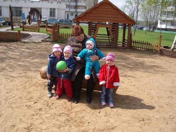 Автор: лимонка, Фотозал: Моя семья, Катя на руках у свекрови, Настя стоит держить в руках мячик, рядом подруга Амина, и в красном первая справа Ксюша.
