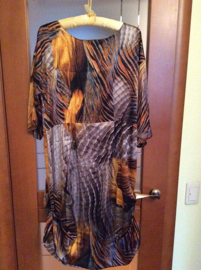 Платье на р.46 натуральный шелк, на подкладке. По бокам защипы. Есть пояс широкий. Сфотографировать очень сложно. Новое. Стоило свыше 15т