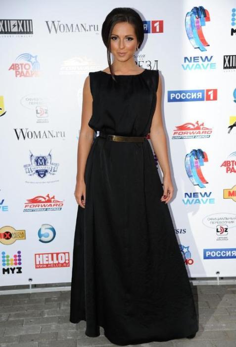 Нюша в черном платье