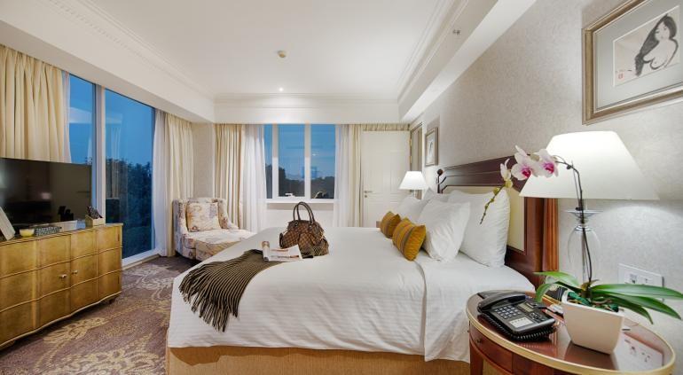 Номера Apricot Hanoi Hotel есть балконы. Проводной и беспроводной доступ в Интернет, в то время как 40-дюймовые ЖК-телевизоры с кабельным программирования обеспечивают развлечение. Удобства включают в себя вмещают портативный компьютер сейфы и столы, а также телефон с бесплатными местными вызовами. Source: http://www.hotels-in-vietnam.com/asia/vietnam/hotels_hanoi/apricot-hotel.html