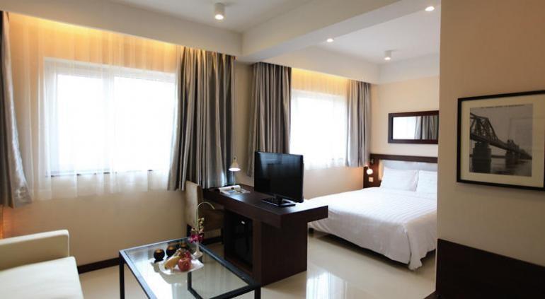 Предлагая гостям превосходный сервис и широкий спектр услуг, Hong Ha Hotel стремится к тому, чтобы сделать ваше пребывание в отеле максимально комфортным. Все номера и люксы с видом на город, освещение пятна и обставлены мебелью из темного дерева.Плоским экраном и кабельными каналами, рабочий стол и мини-бар в каждом номере. В собственной ванной комнате есть душ, фен, тапочки и бесплатные туалетные принадлежности. Source: http://www.hotels-in-vietnam.com/asia/vietnam/hotels_hanoi/hong_ha_fleuve_rouge_hotel.html