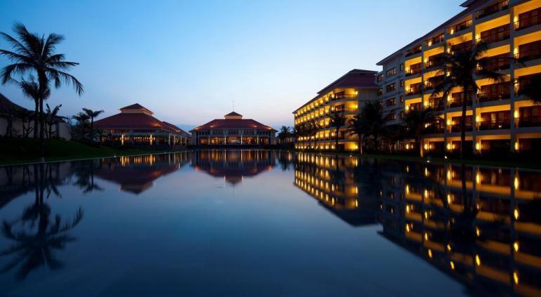 В номерах имеются балконы. 187 кондиционируемых номера отеля Pullman Resort Da Nang включают мини-бары и сейфы. Гости могут воспользоваться бесплатным беспроводным и проводным доступом в высокоскоростной доступ в Интернет в номере. Номера оснащены ЖК-телевизорами с кабельными каналами. В ванных комнатах есть раздельные ванные и душевые и глубокие ванны для купания. Source: http://www.hotels-in-vietnam.com/asia/vietnam/hotels_danang/pullman_danang_beach_resort.html